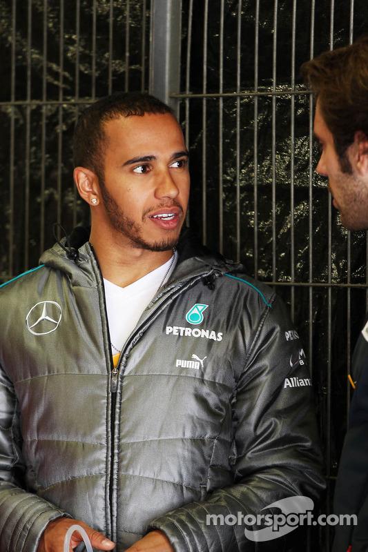 Lewis Hamilton, Mercedes AMG F1 com Jean-Eric Vergne, Scuderia Toro Rosso