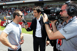 Sebastien Loeb, Porsche AG on the grid with Thomas Senecal, Canal+ F1 Chief Editor and TV Presenter on the grid