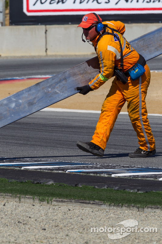 Safety crew removing detritos da pista