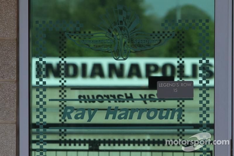Een gedenkplaat voor Ray Harroun