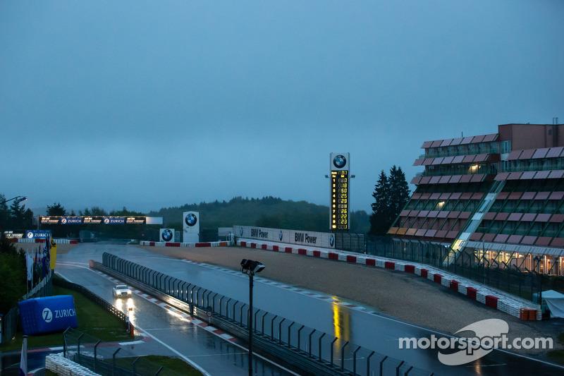 Hevige regenval op de Nurburgring om 6 uur 's ochtends