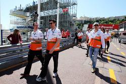 Adrian Sutil, Sahara Force India F1 loopt op het circuit met Bradley Joyce, Sahara Force India F1 Race Engineer (Centre)