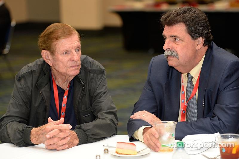 Bud Moore praat met NASCAR President Mike Helton