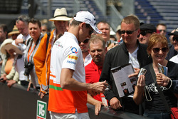 Adrian Sutil, Sahara Force India F1 signeert voor de fans