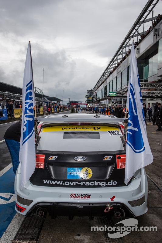 Bandeiras são colocadas para #162 OVR Racing Ford Focus RS (AT): Ralph Caba, Volker Lange, Oliver Sp