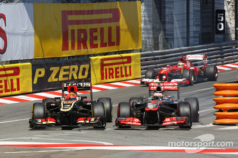Kimi Raikkonen, Lotus F1 E21 and Sergio Perez, McLaren MP4-28 battle for position