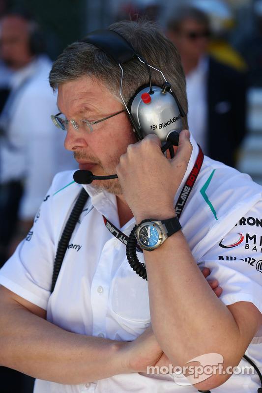 Ross Brawn, Mercedes AMG F1 director del equipo en la parrilla durante la carrera detenida