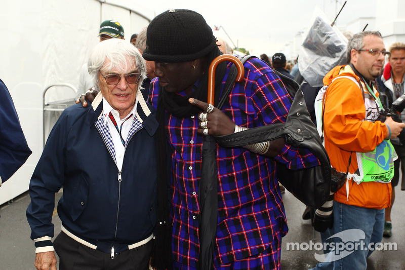Bernie Ecclestone, CEO Formula One Group, met Mr Moko (SEN)
