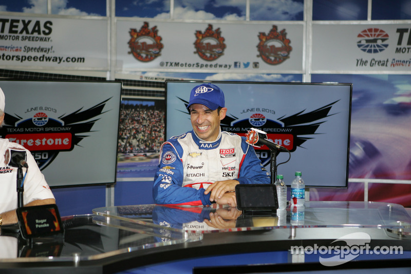 Race winner Helio Castroneves, Team Penske Chevrolet