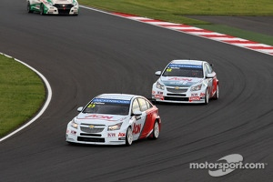 Tom Chilton, Chevrolet Cruze 1.6 T, RML leads Yvan Muller, Chevrolet Cruze 1.6T, RML