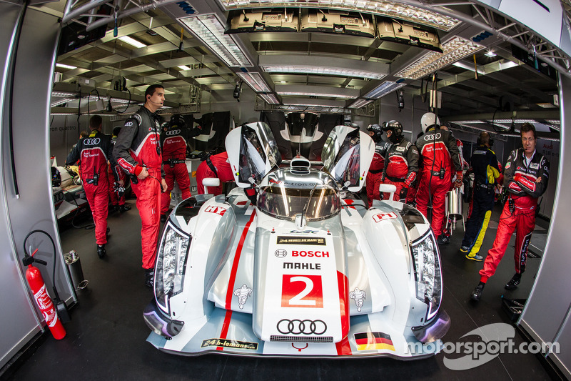 #2 Audi Sport Team Joest Audi R18 e-tron quattro: Tom Kristensen, Allan McNish, Loic Duval heads back to track after a heavy crash in the morning