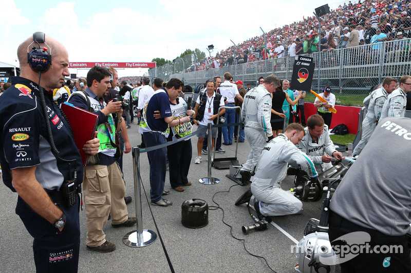 Adrian Newey, Red Bull Racing Chief Technical Officer looks at Nico Rosberg, Mercedes AMG F1 W04 on