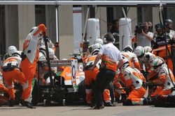 Adrian Sutil, Sahara Force India F1 Team  tijdens een pitstop
