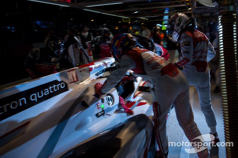 Allan McNish stapt uit de #2 Audi en Loic Duval stapt in