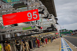 Pit stall para o fallen Allan Simonsen #95 Aston Martin Racing Aston Martin Vantage GTE: Allan Simonsen, Christoffer Nygaard, Kristian Poulsen