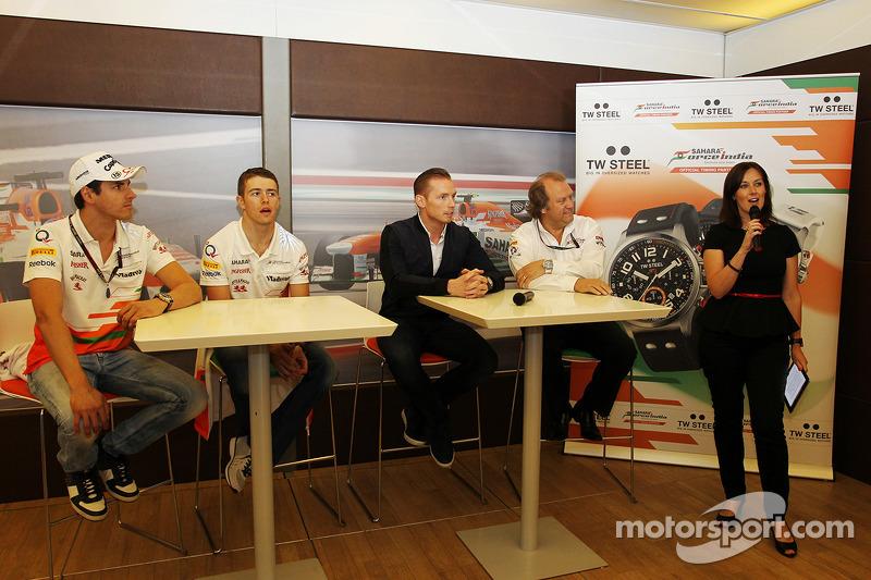 Adrian Sutil, Sahara Force India F1; Paul di Resta, Sahara Force India F1; Jordy Cobelens, CEO TW Steel; Robert Fernley, Adjunct-teambaas Sahara Force India F1 Team; Lee McKenzie, BBC Television Reporter bij een media-bijeenkomst van TW Steel