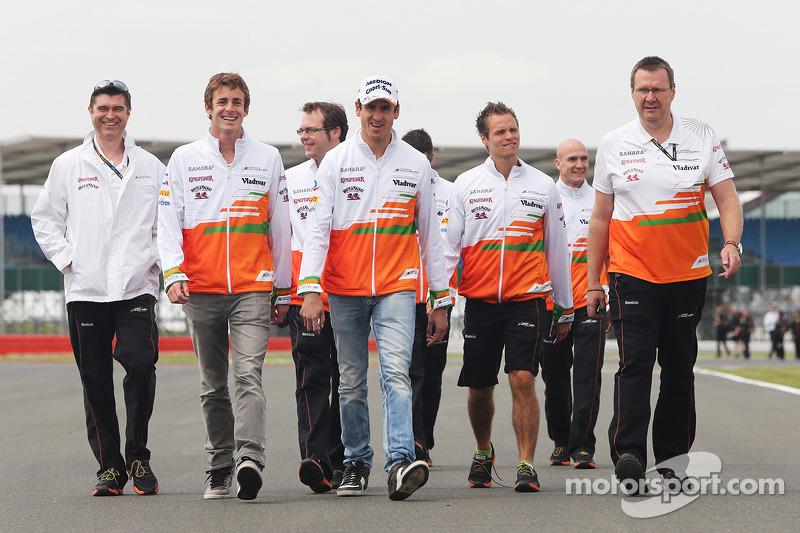 Adrian Sutil, Sahara Force India F1 en James Rossiter, Sahara Force India F1 Simulator Driver op het circuit.