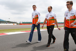 Paul di Resta, Sahara Force India F1 walks the circuit.