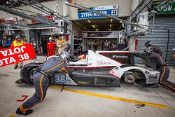 Problema com a roda traseira durante um pit stop de #38 Jota Esporte Zytek Z11SN Nissan: Lucas Luhr, Simon Dolan, Oliver Turvey