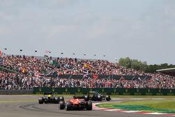 Esteban Gutiérrez Sauber C32 conduce a Charles Pic Caterham CT03 y Jules Bianchi Marussia F1 Team MR02
