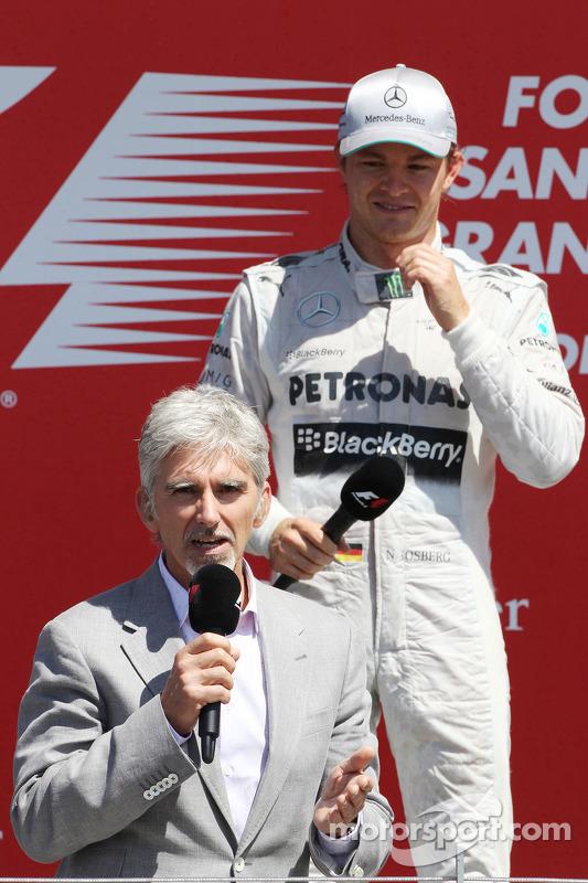 O vencedor Nico Rosberg Mercedes AMG F1 com Damon Hill Sky Sports  repórter no pódio