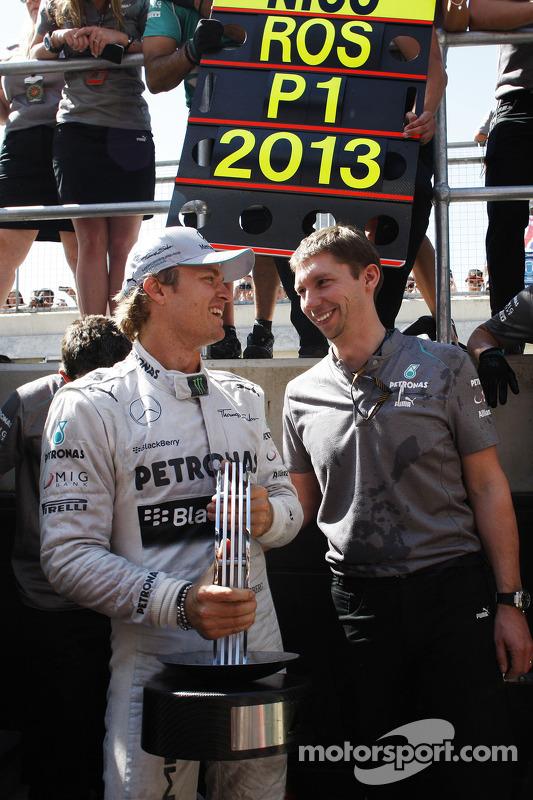 O vencedor Nico Rosberg Mercedes AMG F1 comemora com a equipe