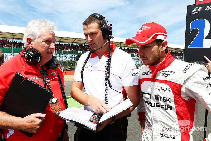 Pat Symonds Marussia F1 Team Technical Danışmanı ve Jules Bianchi Marussia F1 Team gridde