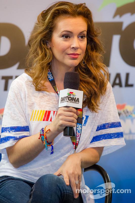 Alyssa Milano apresenta sua roupa de coleção para fãs da NASCAR