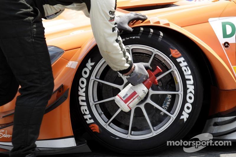De remmen koelen bij de auto van Robert Wickens, Mercedes AMG DTM-Team HWA DTM Mercedes AMG C-Coupe