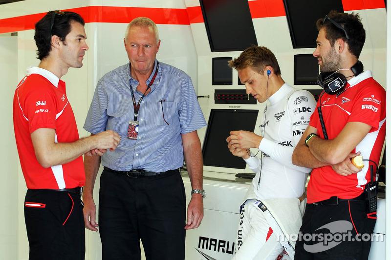 (L naar R): Marc Hynes, Marussia F1 Team Driver Coach met John Booth, Teambaas Marussia F1 Team, Max Chilton, Marussia F1 Team MR02 en Sam Village, Marussia F1 Team