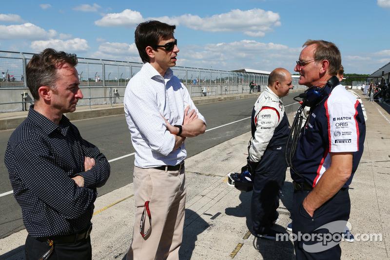 (L naar R): Paddy Lowe, Mercedes AMG F1 Executive Director, met Toto Wolff, Aandeelhouder en directe