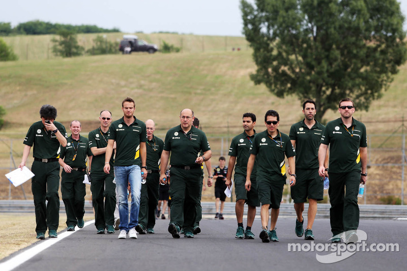 Giedo van der Garde, Caterham F1 Team walks the circuit
