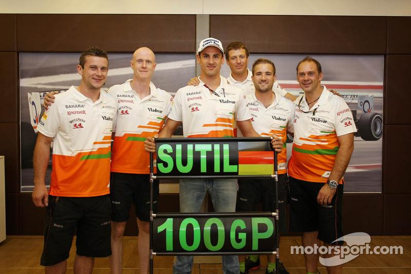 Adrian Sutil, Sahara Force India F1 viert zijn 100e GP met zijn crew