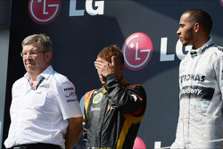 O pódio, Ross Brawn, chefe da equipe Mercedes AMG F1; Kimi Raikkonen, Lotus F1 Team, segundo; Lewis Hamilton, Mercedes AMG F1, vencedor