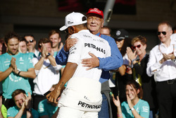 Гонщик Mercedes AMG F1 Льюис Хэмилтон празднует победу вместе с неиполнительным директором Mercedes Ники Лаудой и командой