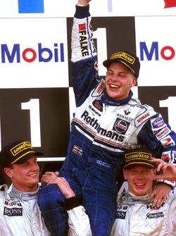 Mika Hakkinen et David Coulthard, McLaren, portent Jacques Villeneuve en triomphe