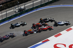 Felipe Massa, Williams FW38, Sergio Perez, Force India VJM09, Daniel Ricciardo, Red Bull Racing RB12, terwijl Daniil Kvyat, Red Bull Racing RB12 Sebastian Vettel, Ferrari SF16-H, raakt