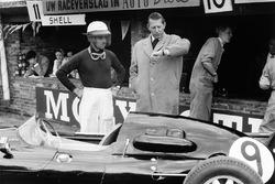 Rob Walker regarde l'heure avec son pilote Maurice Trintignant, Cooper T45-Climax