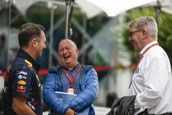 Christian Horner, Team Principal Red Bull Racing avec le journaliste Dieter Rencken et Ross Brawn, directeur de la compétition du Formula One Group