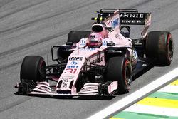 Esteban Ocon, Sahara Force India F1 VJM10, intenta llegar a pits