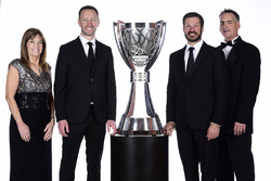 Campeón 2017 Martin Truex Jr., Furniture Row Racing Toyota, jefe de equipo Cole Pearn, Carolyn Visser, Furniture Row Racing team presidente Joe Garone