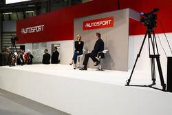 Susie Wolff en discussion avec Henry Hope-Frost sur la scène Autosport