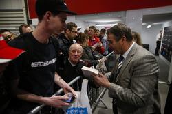 Nigel Mansell signe des autographes pour les fans