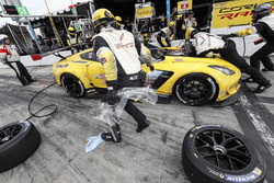 #4 Corvette Racing Chevrolet Corvette C7.R, GTLM: Oliver Gavin, Tommy Milner, Marcel Fassler au stand