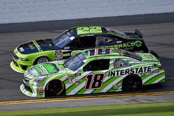 Daniel Suárez, Joe Gibbs Racing, Interstate Batteries Toyota Camry y Joey Logano, Team Penske, Fitzgerald Glider Kits Ford Mustang