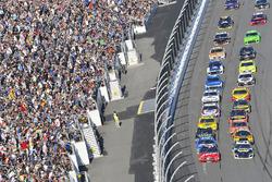 Kurt Busch, Stewart-Haas Racing Ford Fusion and Chase Elliott, Hendrick Motorsports Chevrolet Camaro restart