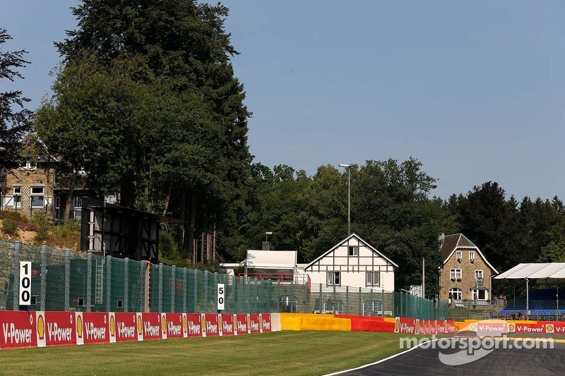 Track atmosphere, first corner