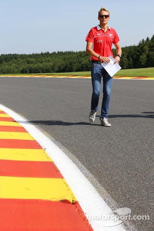 Max Chilton, Marussia F1 Team caminha no circuito.