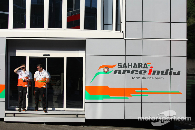 (L naar R): Will Hings, Sahara Force India F1 Press Officer met Andy Stevenson, Sahara Force India F