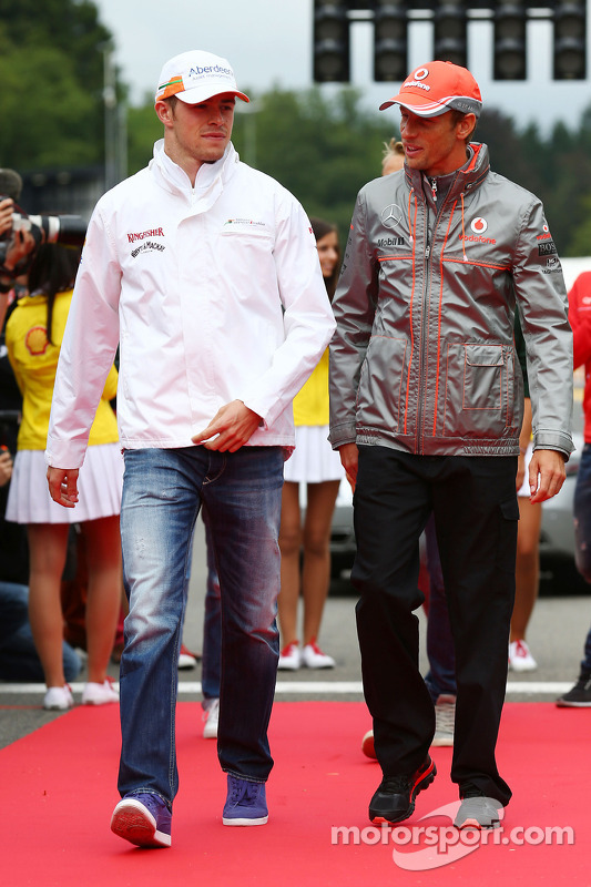 Paul di Resta, Sahara Force India F1 e Jenson Button, McLaren no desfile de pilotos